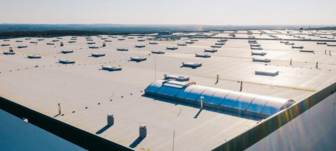 Flachdach einer Halle © smart roof solutions